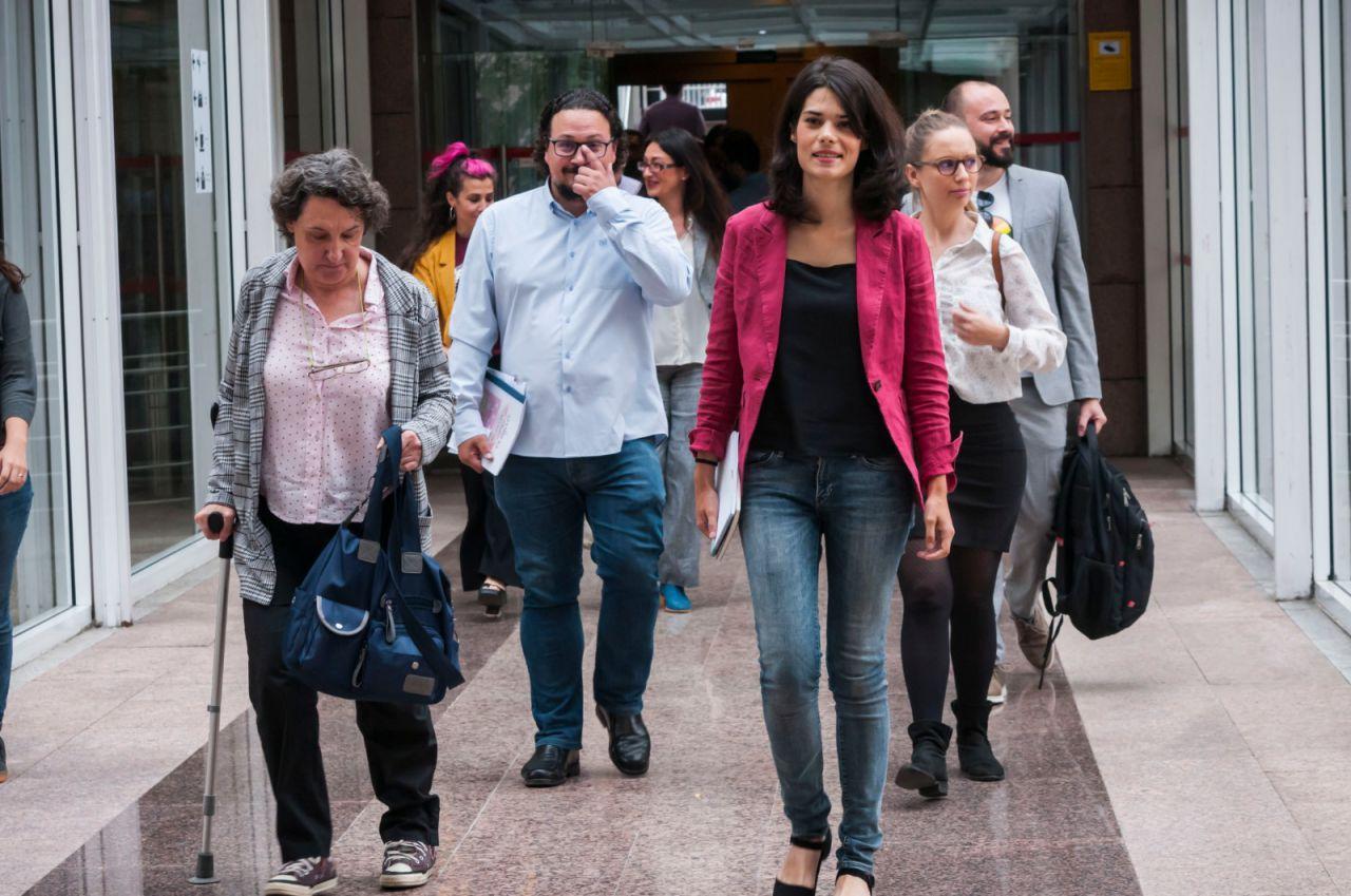Llegada de Isa Serra, líder de Unidas Podemos en la Comunidad, junto a diputados como Jacinto Morano.