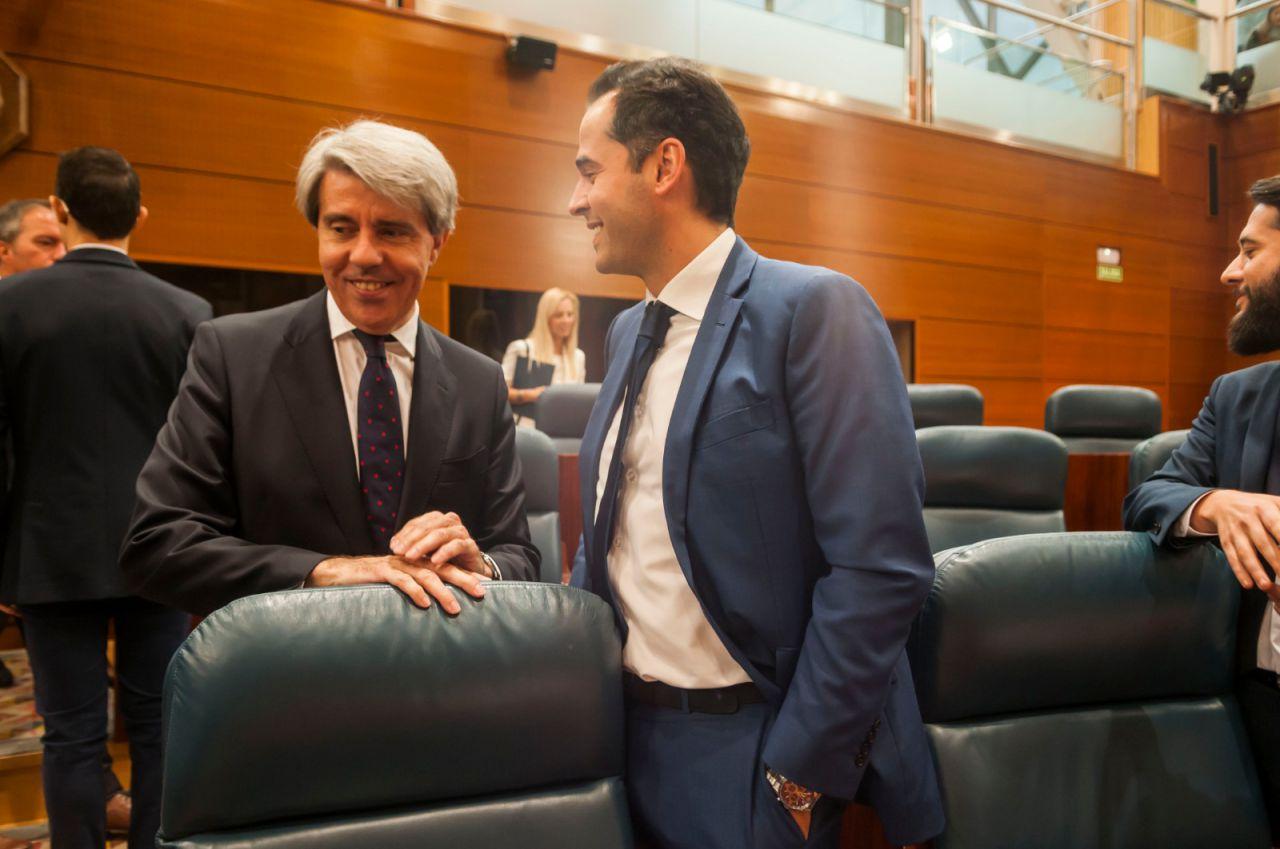 Ángel Garrido, que ahora defiende el color naranja, charla animado con el líder regional de su partido, Ignacio Aguado.