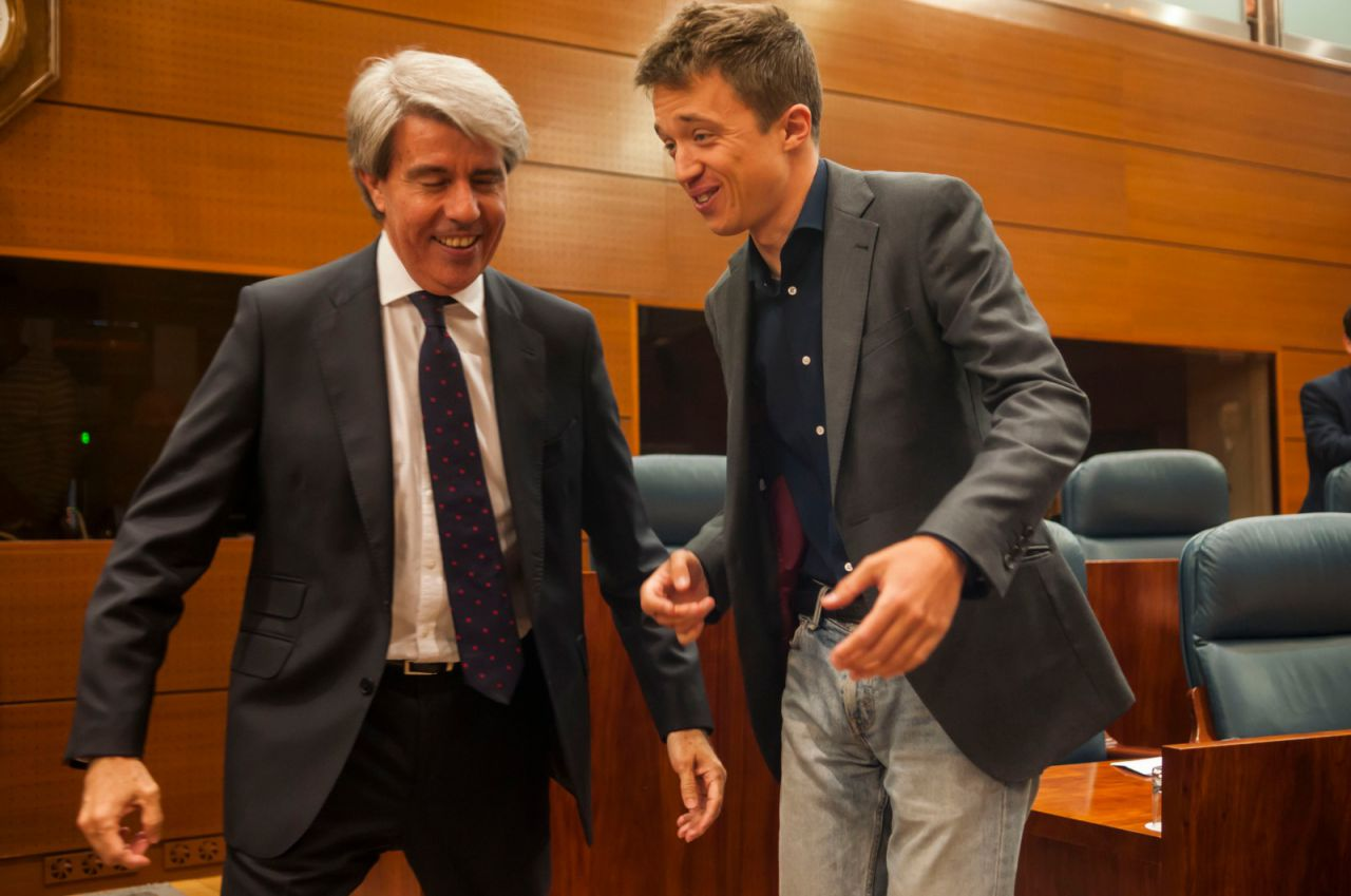 Saludo entre el expresidente regional e Íñigo Errejón.