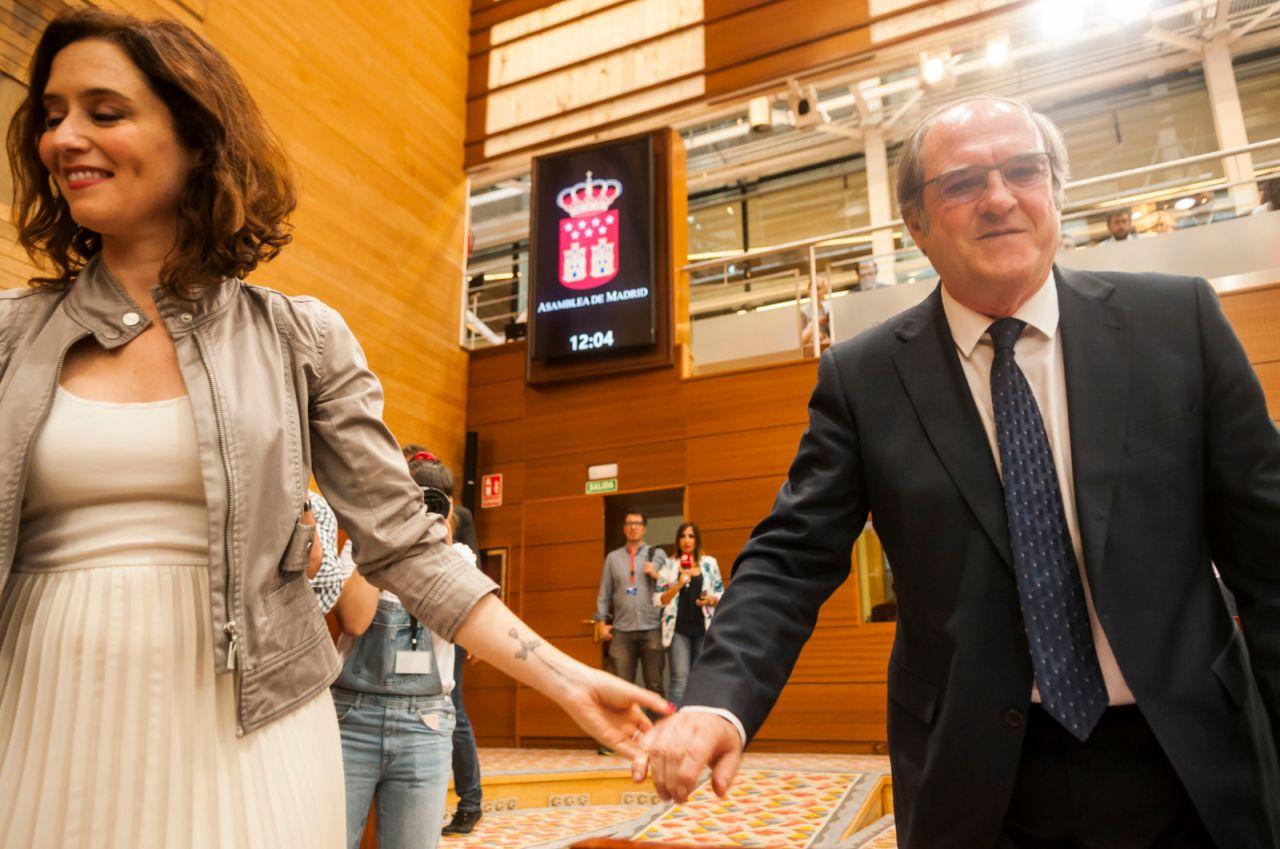 Isabel Díaz Ayuso y Ángel Gabilondo se saludan antes del comienzo de la votación a la Presidencia de la Mesa.
