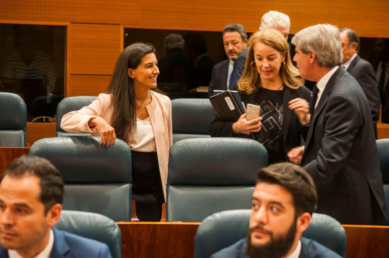 Rocío Monasterio y Ángel Garrido, a los que tan solo separan un par de asientos, se saludan.