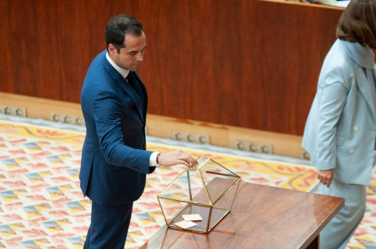 Ignacio Aguado, de los primeros en votar para elegir al presidente de la Mesa.