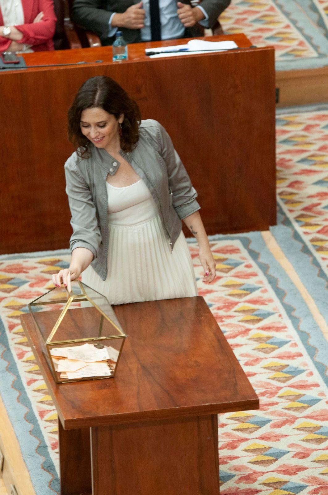 Isabel Díaz Ayuso, emitiendo su voto.