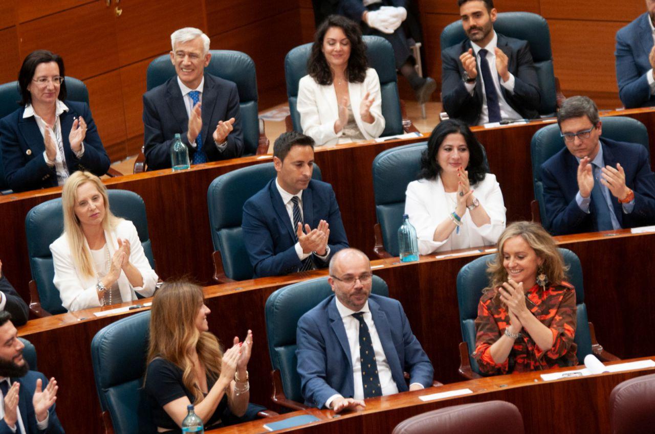 La bancada de Ciudadanos aplaude el nombramiento de Juan Trinidad como presidente de la Asamblea de Madrid.