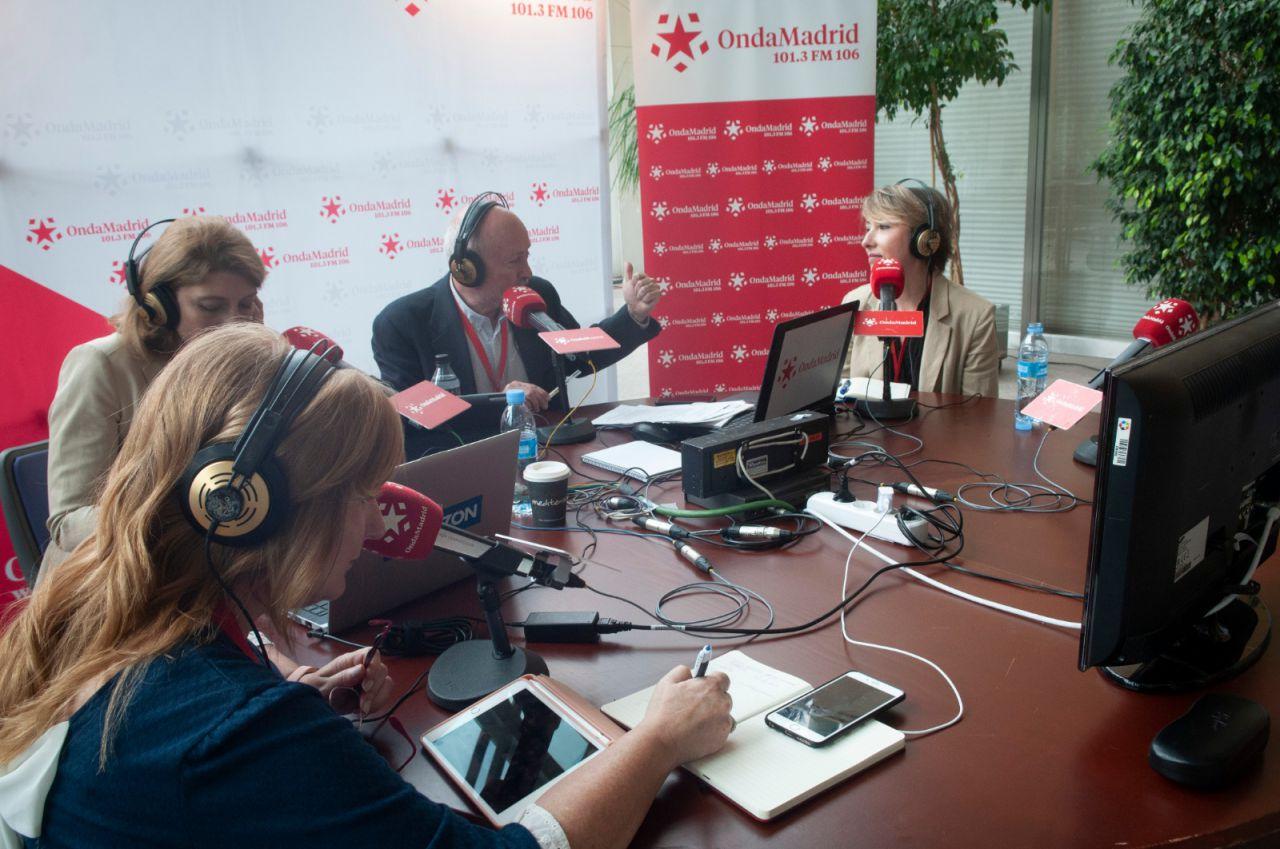 Onda Madrid comenta la constitución de la Asamblea desde Entrevías. María Cano, directora de Madridiario, participa en el debate.
