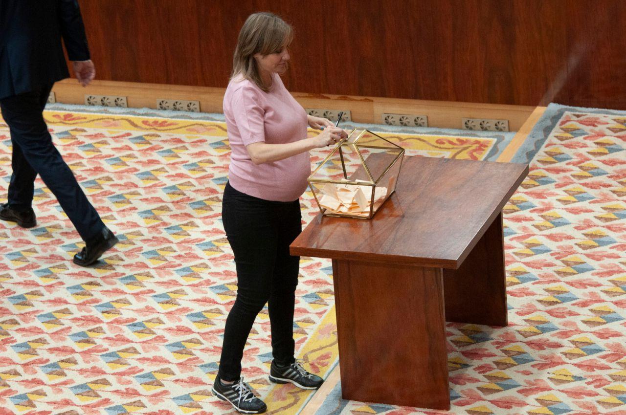 Una embarazadísima Tania Sánchez, diputada de Más Madrid, deposita su voto.