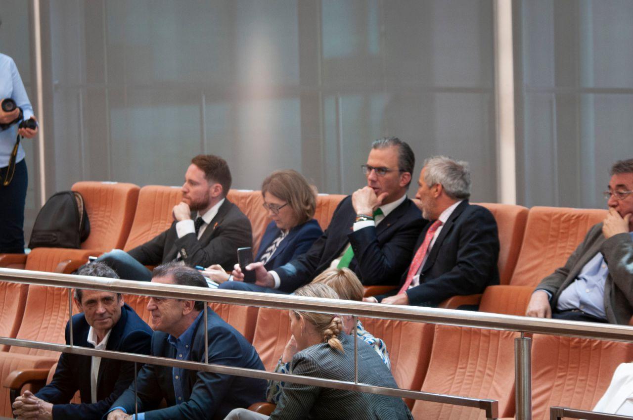 En primera fila, José Manuel Franco, secretario general del PSOE-M. En la segunda, Javier Ortega Smith, candidato de Vox al Ayuntamiento de Madrid.