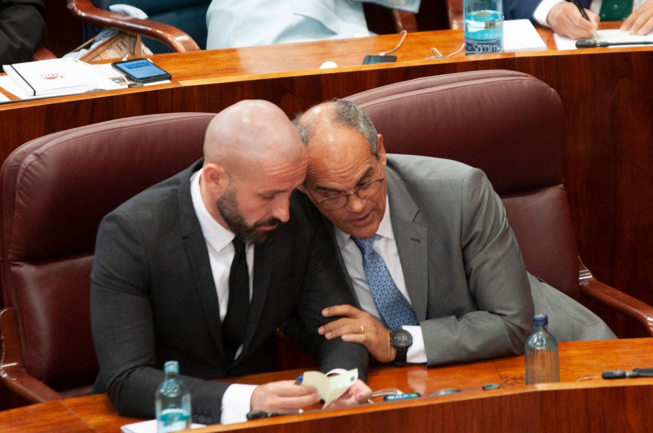 Los diputados del PP Rafael Van Grieken y Jaime de los Santos comentan la jornada.
