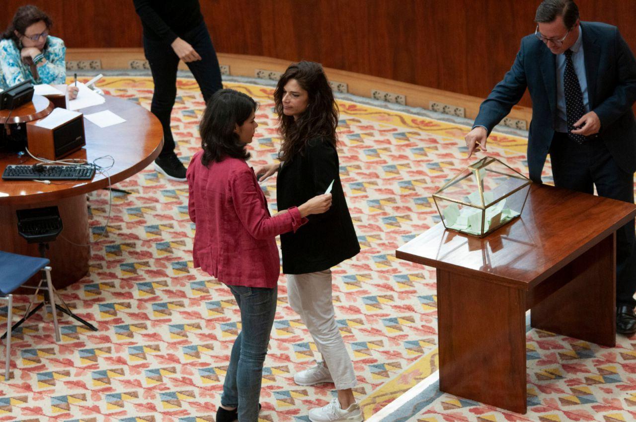 Las hermanas Clara e Isa Serra, en Más Madrid y Podemos, coinciden en la votación.