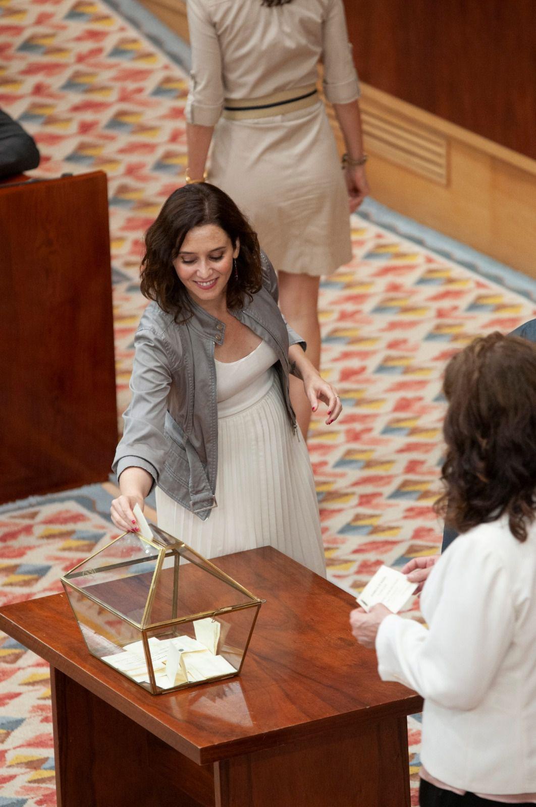Isabel Díaz Ayuso, candidata del PP, deposita su voto  para elegir al presidente de la Asamblea de Madrid