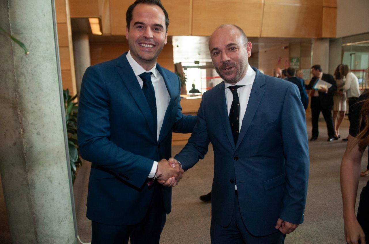 Ignacio Aguado, junto a Juan Trinidad, tras ser elegido presidente de la Asamblea de Madrid
