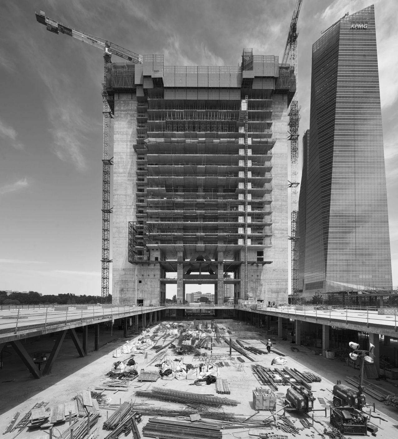 La Torre Caleido, aún en construcción, ya deja ver su forma.