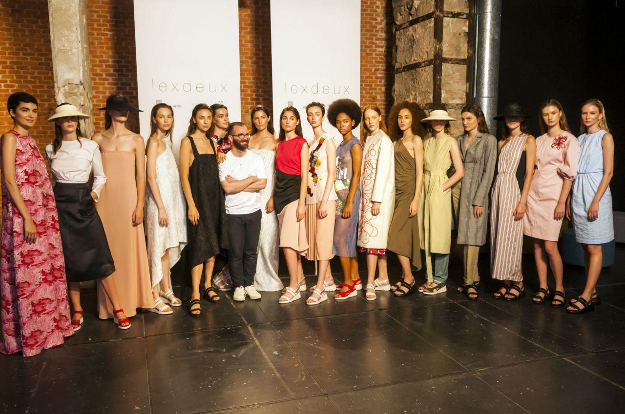 El diseñador Lexdeux, con las modelos que lucieron los diseños de su nueva colección en el Matadero de Madrid.