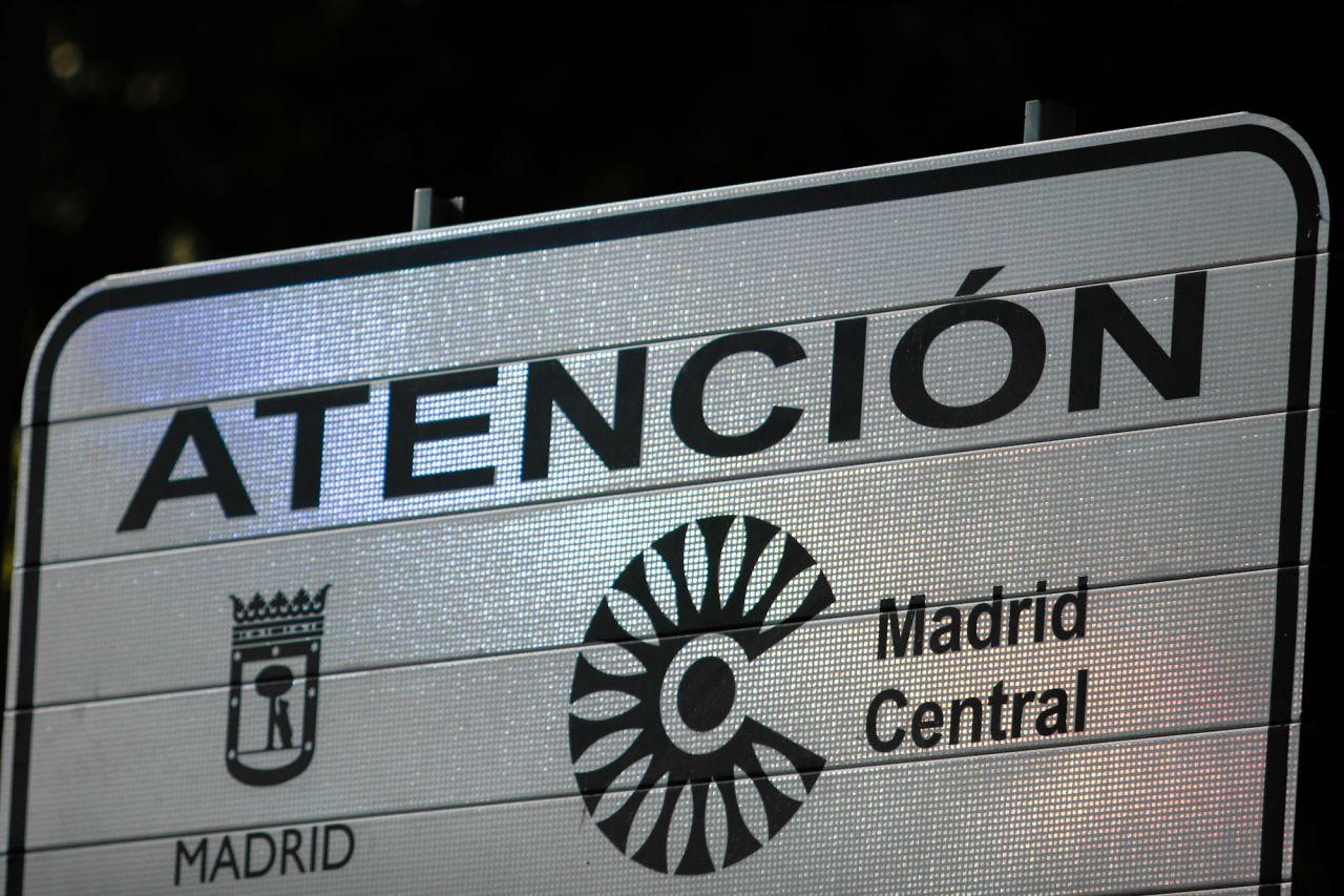 Cartel de advertencia de Madrid Central en el paseo del Prado con Cibeles.