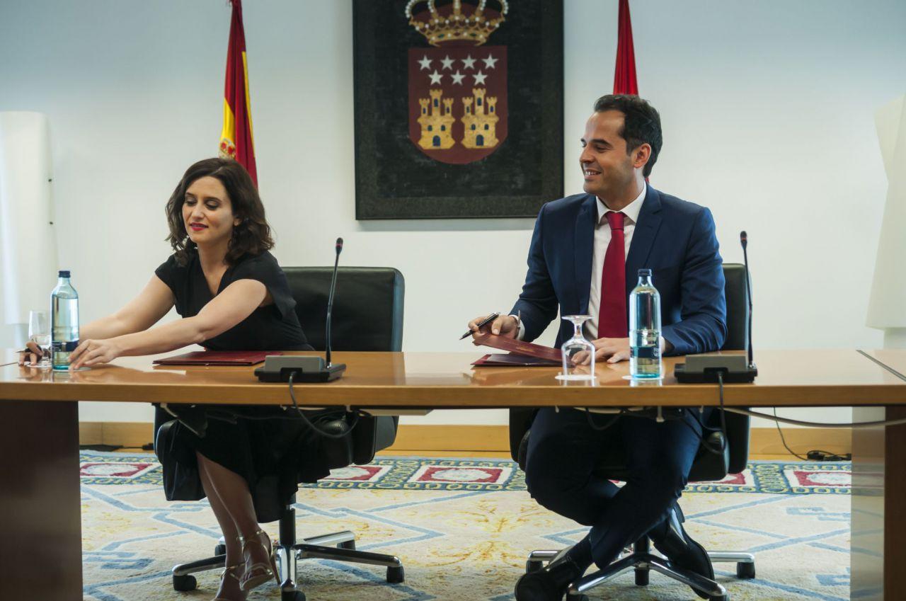 Ayuso y Aguado, en un momento de la firma del pacto de Gobierno entre PP y Ciudadanos.