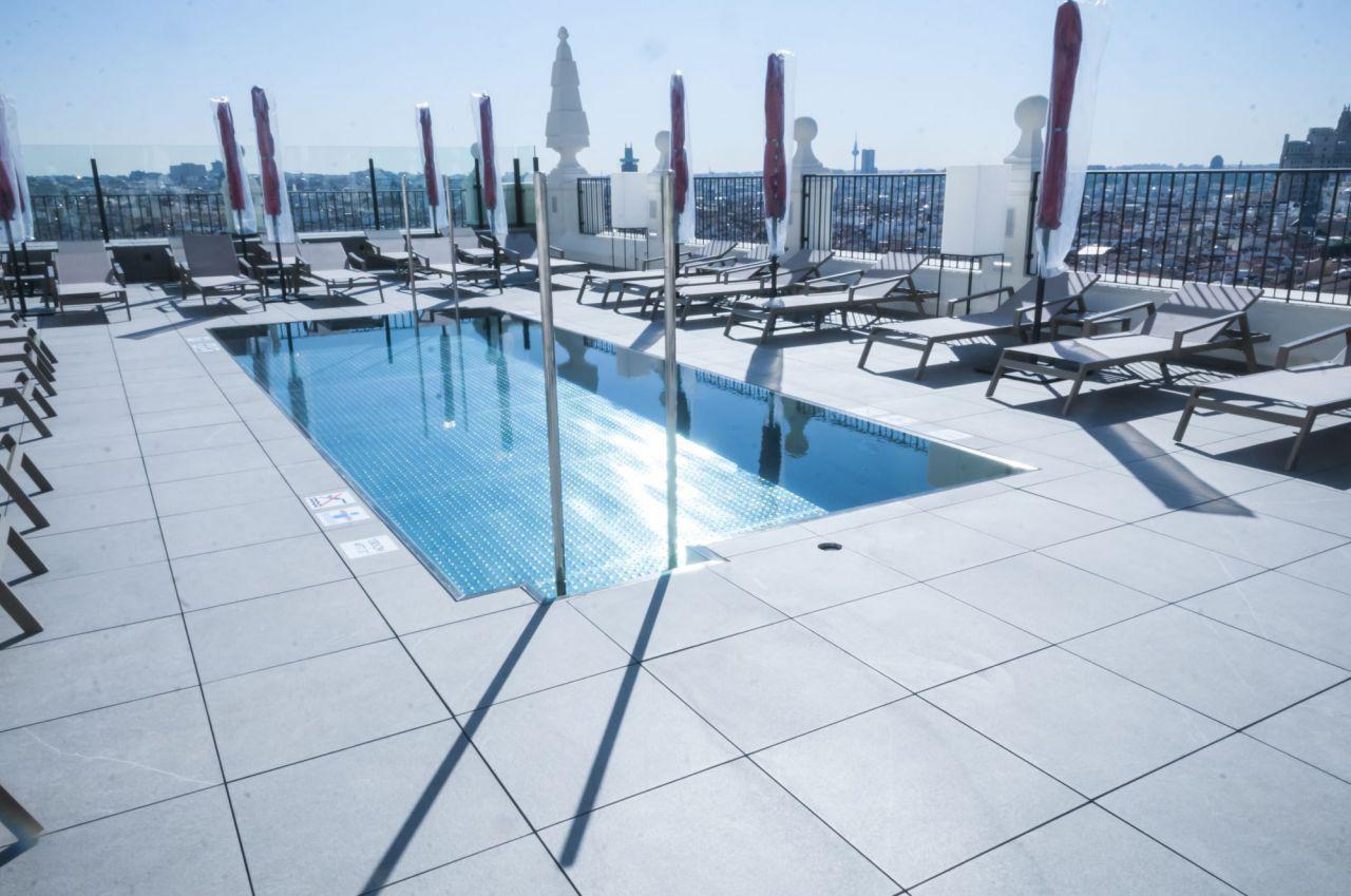 La piscina, en la azotea del hotel.