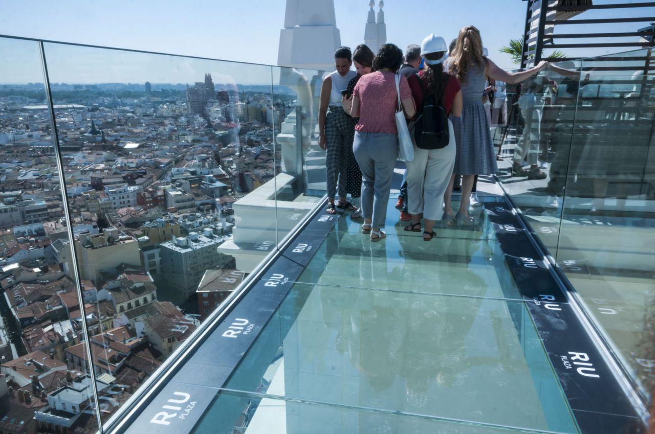 La pasarela que une las terrazas permite disfrutar de las vistas de Madrid.