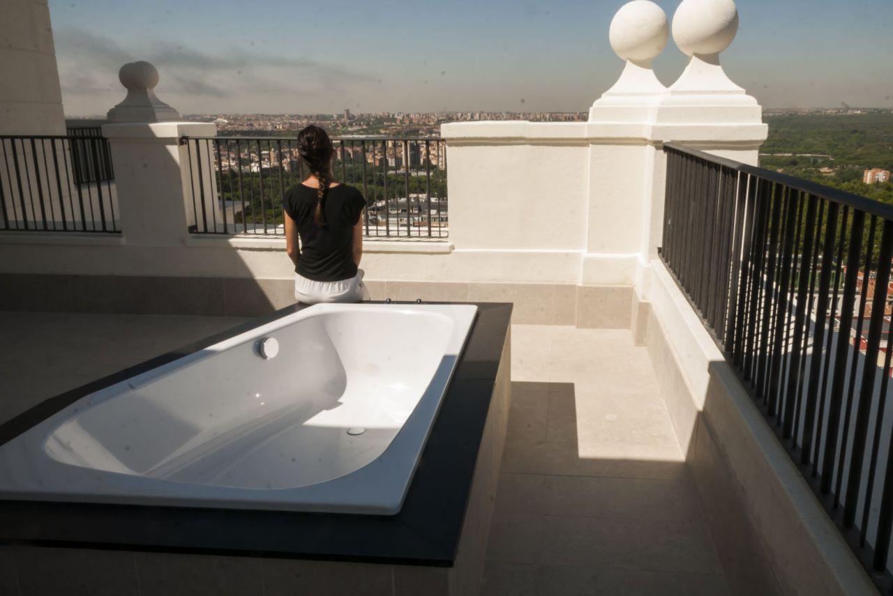 Un jacuzzi es la estrella de una de las suites del Hotel Riu Plaza de España.