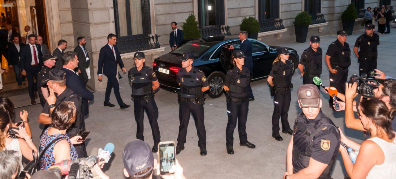 Salida del presidente en funciones, Pedro Sánchez, del Congreso de los Diputados.