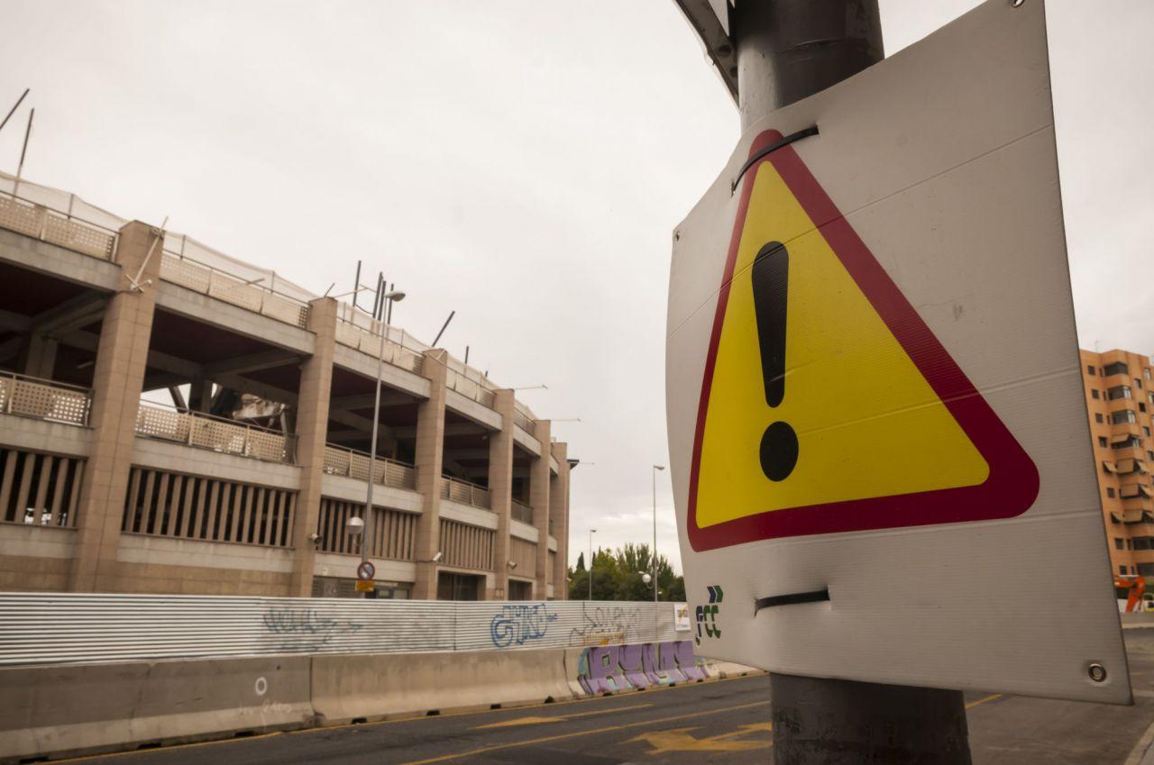 Cartel de aviso de obras frente al Calderón.