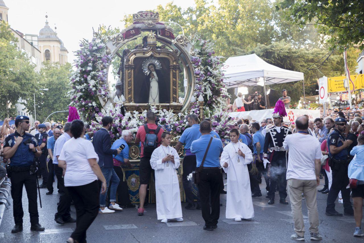 El cuadro de la Virgen de la Paloma presidió la procesión en su honor.
