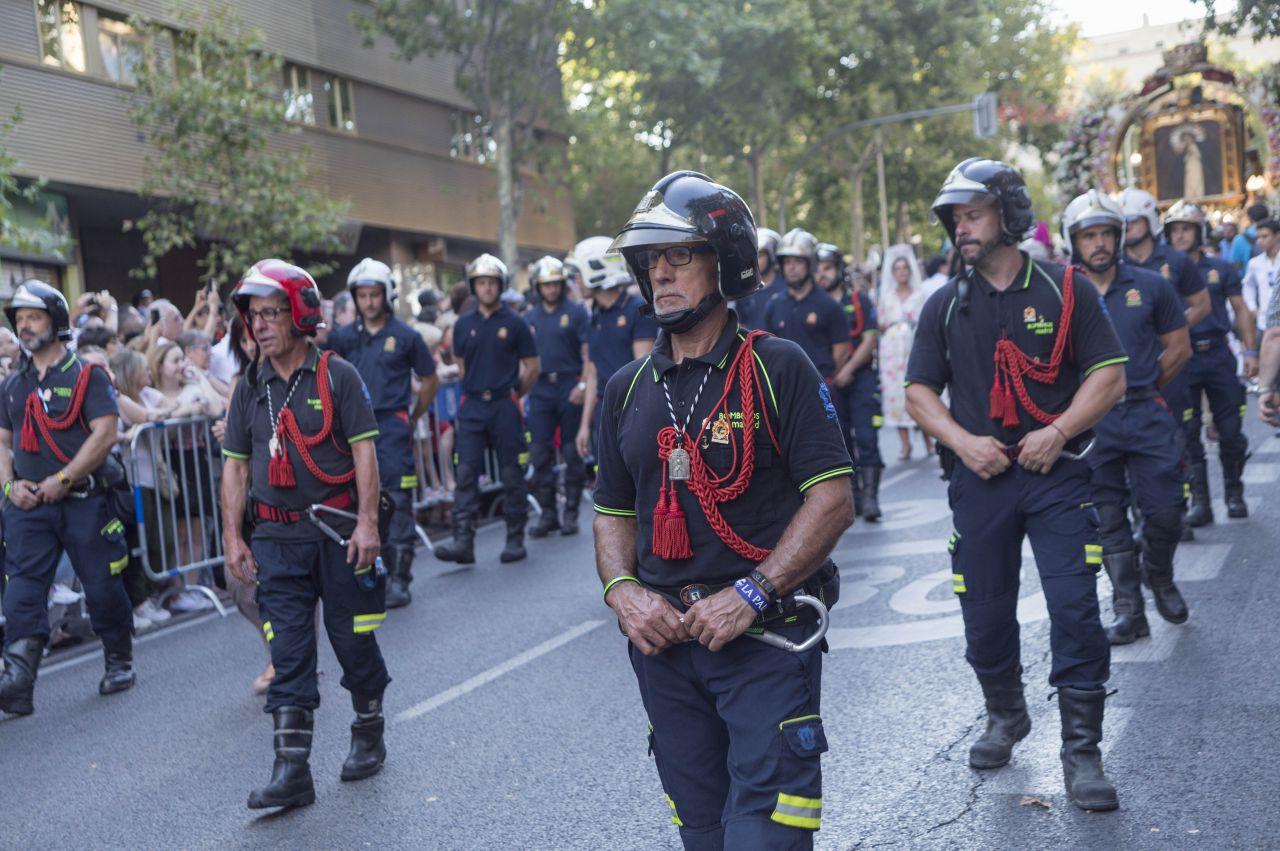 Los bomberos desfilaron en la procesión de La Paloma.