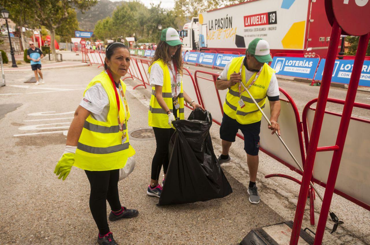 El Pelotón Verde recoge los residuos del último kilómetro de la etapa 18 de La Vuelta, que terminó en Becerril de la Sierra.