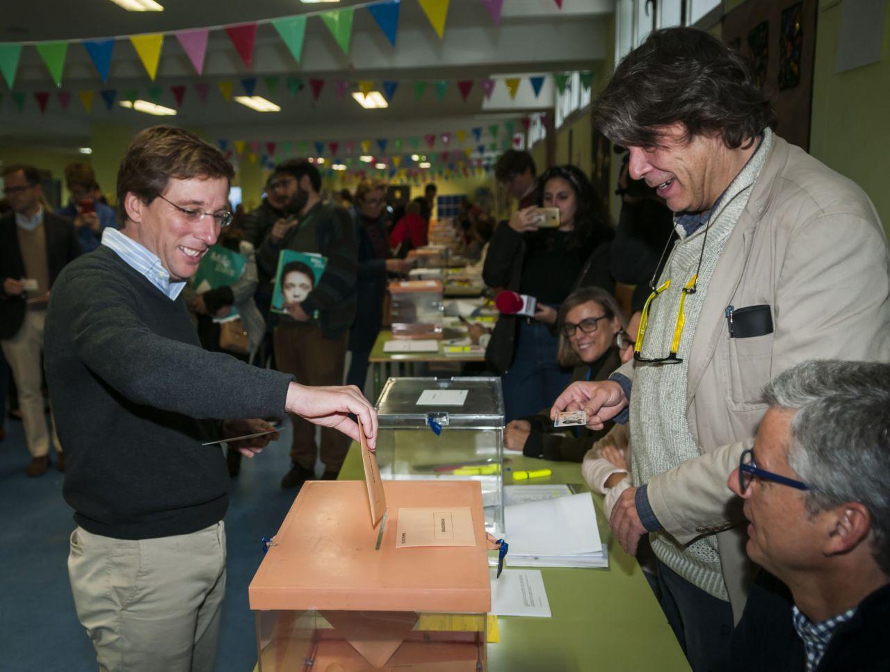 El alcalde de Madrid, José Luis Martínez-Almeida ha madrugado para votar a las 9:15 en el Colegio  Ortega y Gasset