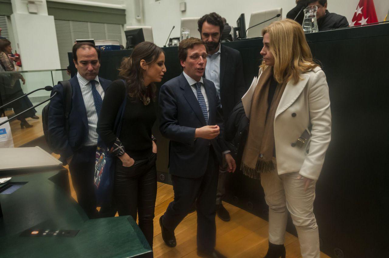 Almeida charla con Andrea Levy, Inma Sanz, Borja Carabante y su director de Comunicación.