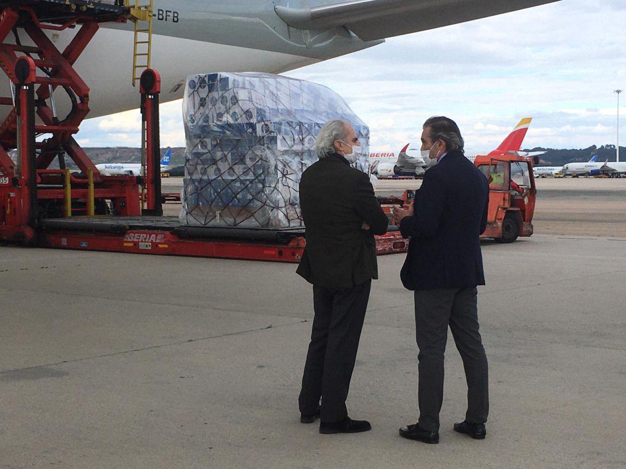 Llegada del avión con material sanitario comprado por la CAM desde China