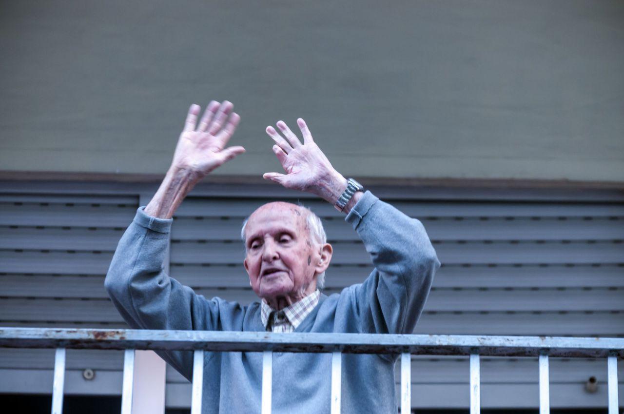 Este vecino sale todos los días desde syu primer piso a las 20 a aplaudir a los sanitarios, aplaude,baila y los vecinos le aplauden a  el un símbolo en su barrio.