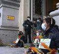 Miembros de Extintion Rebellion pegan sus manos al suelo en defensa de la biodiversidad