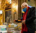 El Padre Ángel instala en San Antón una cesta gigante de Navidad para donaciones de alimentos