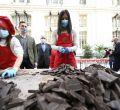 Begoña Villacís asiste a la elaboración del turrón de chocolate más largo del mundo en la Feria del Chocolate
