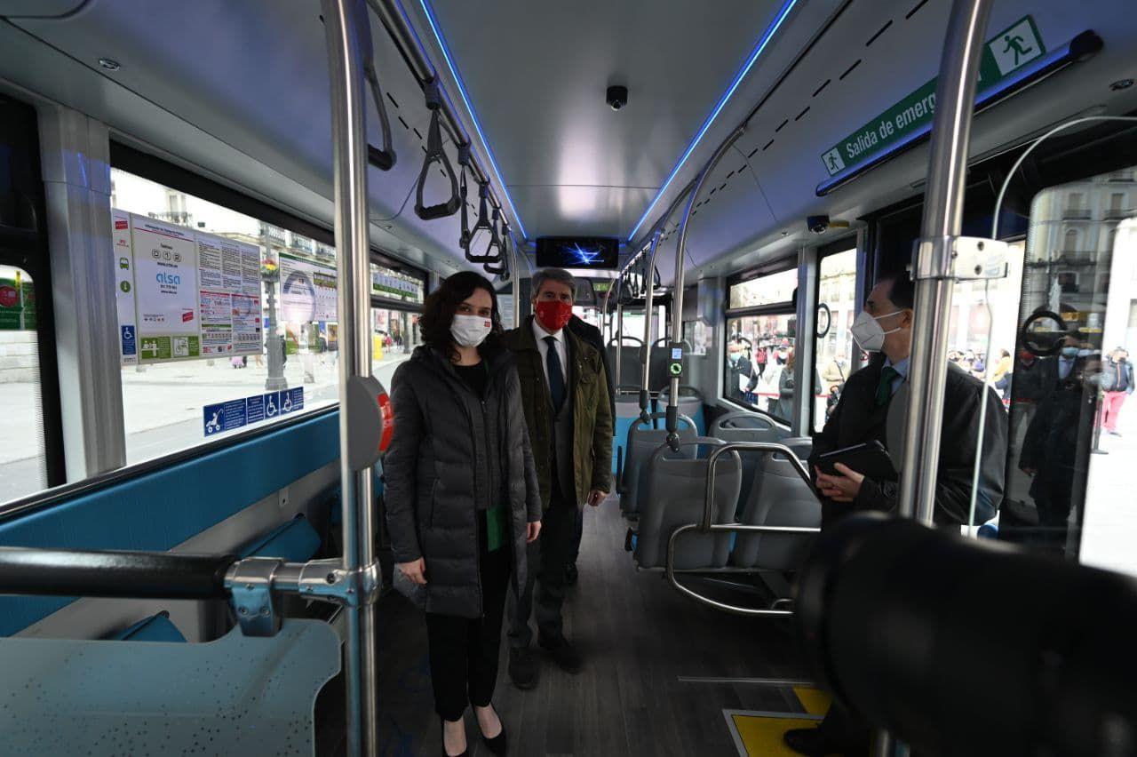 La presidenta de la Comunidad de Madrid, Isabel Díaz Ayuso, y el consejero de Transportes, Movilidad e Infraestructuras de la Comunidad de Madrid, Ángel Garrido, en la presentación del primer autobús de hidrógeno que se pone en circulación, a modo de prueba, en España