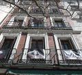 Los balcones de Lavapiés se visten con los rostros de sus vecinos