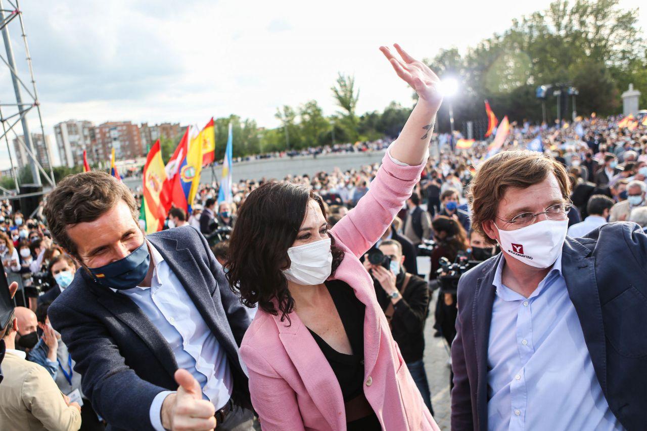 Isabel Díaz Ayuso, presidenta de la Comunidad de Madrid y candidata a la reelección, junto al líder del Partido Popular, Pablo Casado, y el alcalde de Madrid, José Luis Martínez Almeida, en el acto de cierre de campaña