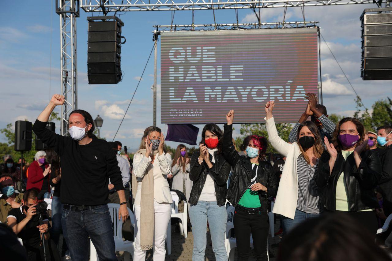 Pablo Iglesias, candidato de Unidas Podemos a la presidencia de la Comunidad de Madrid, junto a la ministra de Trabajo, Yolanda Díaz, y a miembros de la formación morada en el último acto de campaña