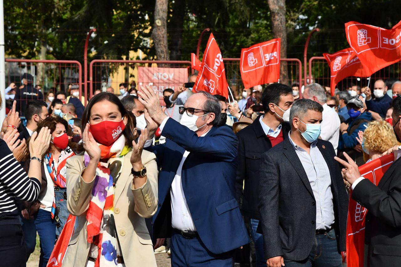 La ministra de Industria, Reyes Maroto, y el candidato del PSOE a la presidencia de la Comunidad de Madrid, Ángel Gabilondo, en el acto de cierre de la campaña electoral