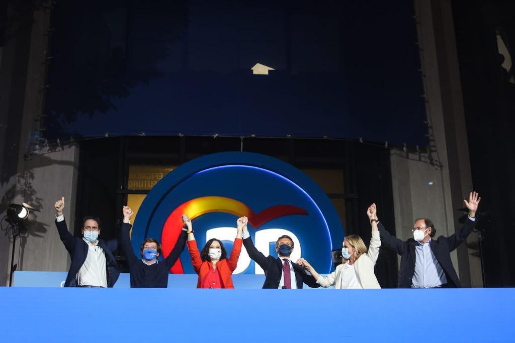 El Partido Popular celebra los resultados en el balcón de Génova.