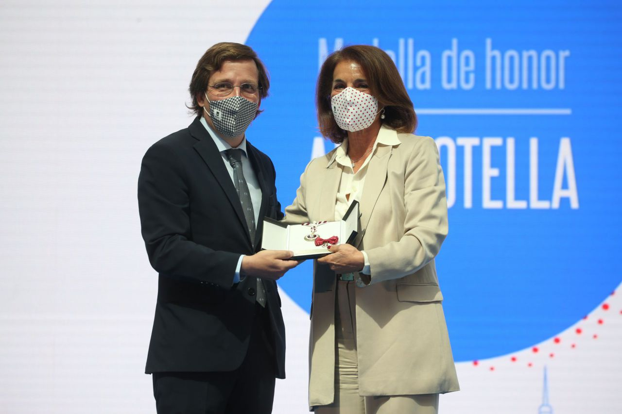 El alcalde de Madrid, José Luis Martínez-Almeida, entrega una de las Medallas de Honor, Oro y Plata del Ayuntamiento de Madrid con motivo de la festividad de San Isidro a la exalcaldesa de Madrid Ana Botella