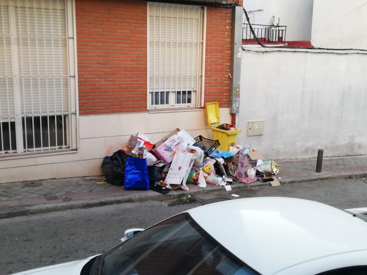Destrozos realizados por los okupas en el número 50 de la calle Hachero, en Puente de Vallecas.