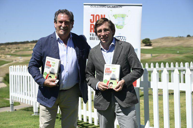 El periodista Iñaki Cano con el alcalde de Madrid.