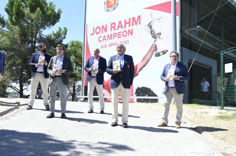 José Luis Martínez Almeida, alcalde de Madrid, Gonzaga Escauriza, presidente de la Real Federación Española de Golf y los periodistas Iñaki Cano y Carlos García Hirschfeld junto al autor del libro, Guillermo Salmerón.