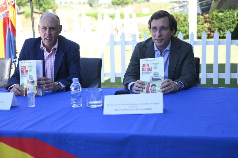 Guillermo Salmerón y José Luis Martínez Almeida en la rueda de prensa de presentación del libro.