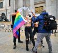 Torsos descubiertos contra la homofobia