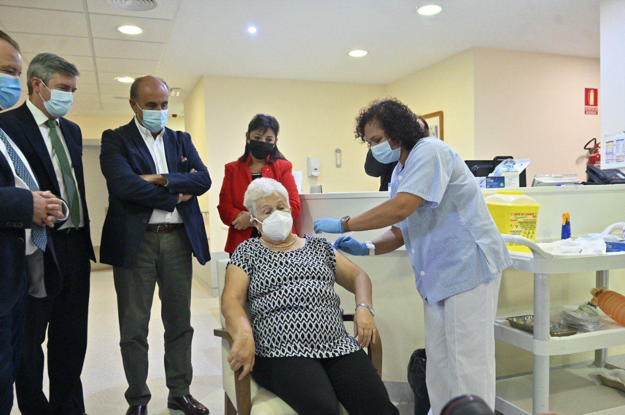 El viceconsejero de Asistencia Sanitaria y Salud Pública, Antonio Zapatero. visita una residencia de mayores de la tercera edad donde se suministra la tercera dosis de la vacuna contra la Covid-19
