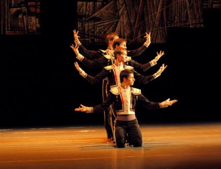 Dieciocho bailarines reviven con espectacularidad y dinamismo una de las historias más apasionadas de la lírica en su estado puro. La conocida historia de la muchacha gitana de Mérimee ha recibido un interesante giro revitalizador a través de este ballet ideado por el innovador coreógrafo Radu Poklitaru.