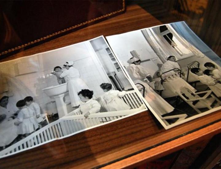El Hotel Palace de Madrid es mucho más que un hotel. La interminable lista de personajes reconocidos y acontecimientos históricos que han tenido lugar entre sus paredes así lo demuestran. Este jueves se presentó su 'Espacio Palace', un pequeño rincón que alberga recuerdos, imágenes y documentos que forman parte de la historia de esta casa. Vea más imágenes.