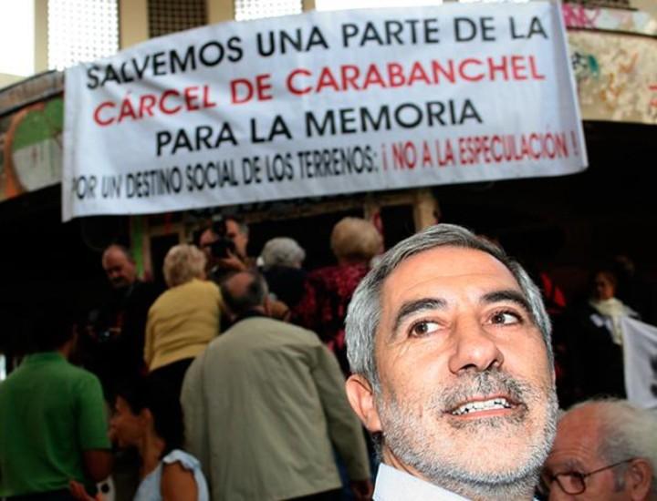 Cientos de personas se manifestaron este sábado por la tarde en la cúpula central de la antigua cárcel de Carabanchel para reclamar que parte de las instalaciones se transformen en un Centro para la Paz y la Memoria.